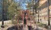 На Васильевском острове появился фонтан из ограничительных лент