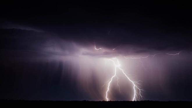 На стройке в Ленобласти рабочего убило молнией