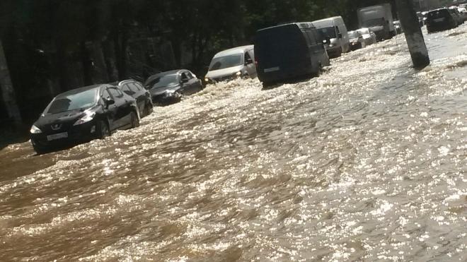 Жесть: на Луначарского прорыв трубы вызвал настоящее наводнение