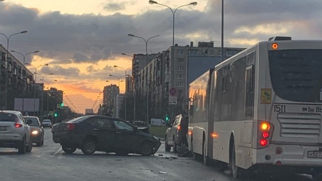 Иномарка влетела в автобус на Искровском проспекте