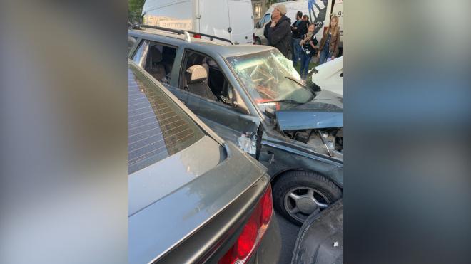 Лихач снес четыре авто на Светлановском проспекте