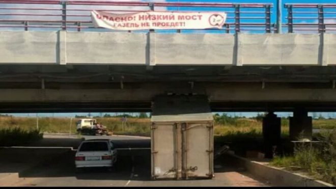 В Петербурге еще одна фура снесла себе крышу под мостом