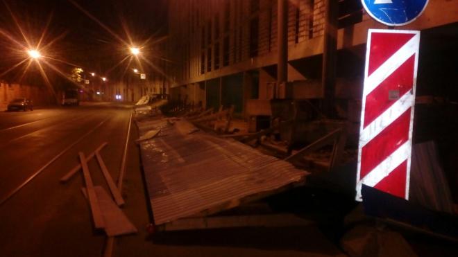 Ветер снес забор на Херсонской улице. Соцсети в сомнениях