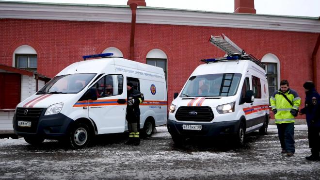 Бетоновоз съехал в Неву после ДТП на Октябрьской набережной