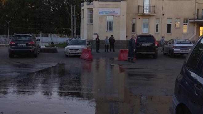 """""""Удельная"""" поплыла: около метро прорвало трубы с горячей водой"""