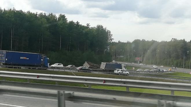 На съезде с КАД упал грузовик