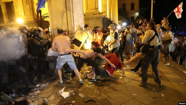 Кремль прокомментировал беспорядки в Тбилиси, назвав это «русофобской провокацией»