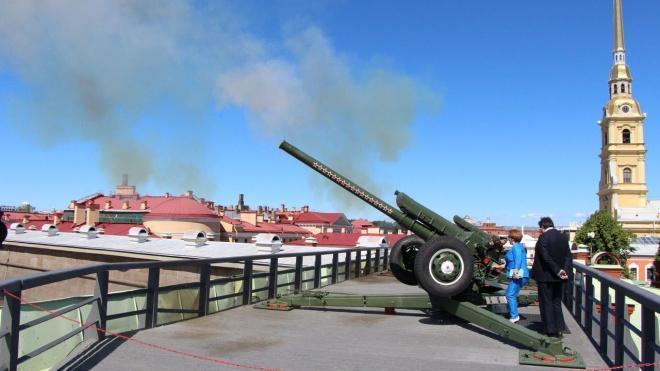 Выстрел пушки Петропавловской крепости посвятили педагогам России