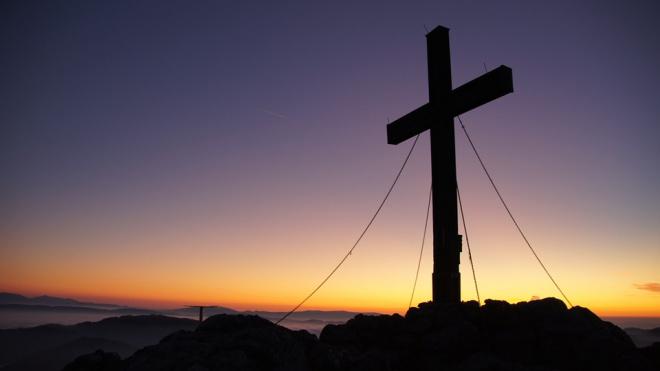 Студент СПбУТУиЭ залез на крест в Юнтолово и поджог его