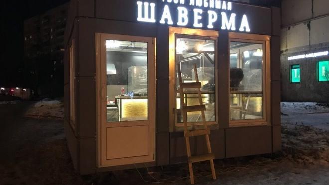 Полиция Петербурга: ларек с шавермой нашли и вернули на прежнее место