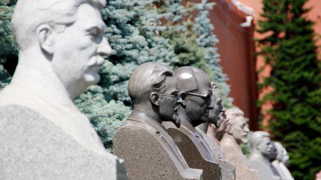 В Петербурге могут ввести запрет на памятники Сталину и портреты вождя