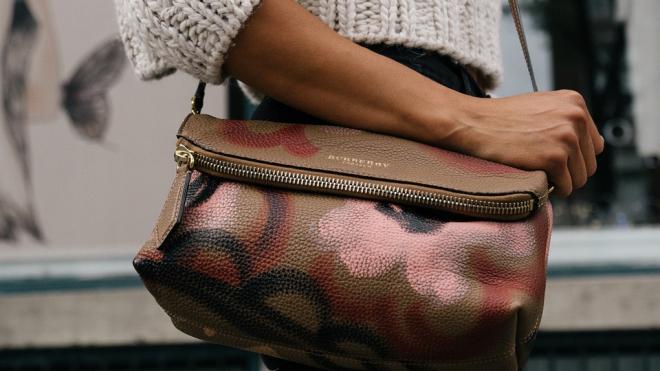 Карманница украла кошелек у женщины в Апраксином дворе и попалась с поличным