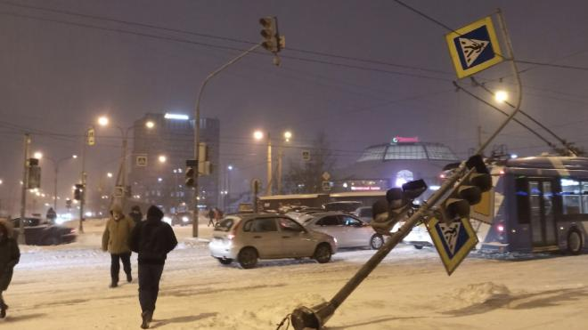 Ветер сдул светофор на перекрёстке Ленинского и Народного Ополчения
