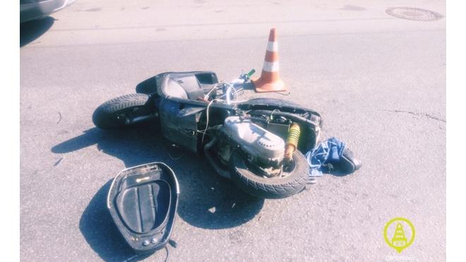 Водитель мопеда попал в больницу после ДТП на Придорожной аллее
