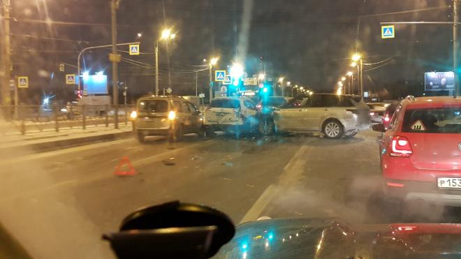 У светофора на проспекте Косыгина столкнулись пять машин