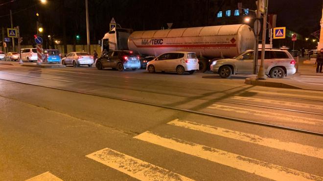 На улицеКрупской иномаркапопала под грузовик с пропаном