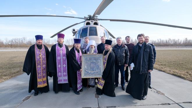 Петербургский митрополит пролетел над Петербургом с иконой