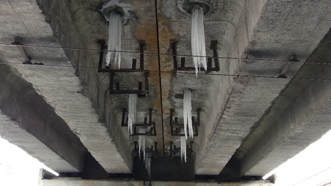 Петербуржцы пожаловались на опасные сосульки под мостом