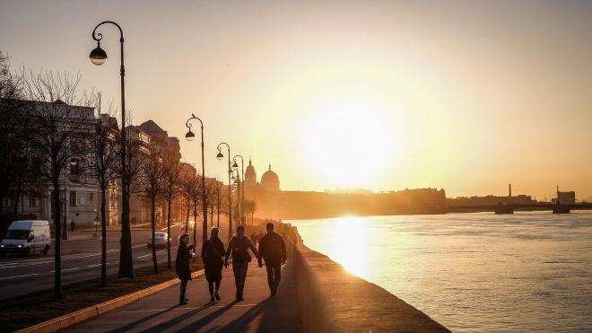 До конца лета в Петербурге отмоют и покрасят 14 тысяч фонарей