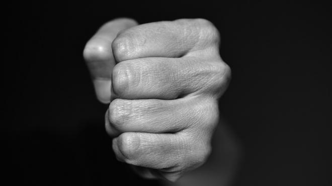 В Забайкалье двое вооруженных мужчин избили и ограбили пенсионерку