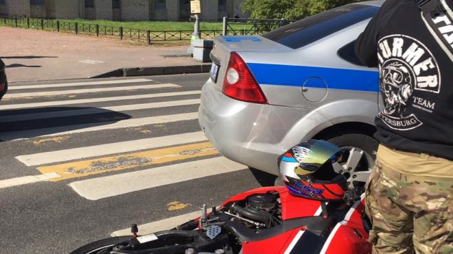 Мотоциклист и сотрудник ДПС не смогли разъехаться на Варшавской улице