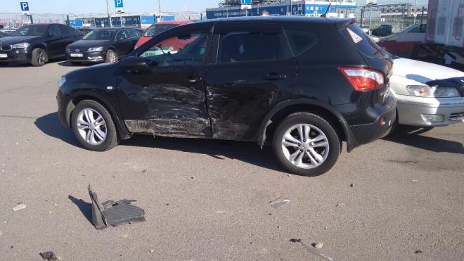 Автоледи протаранила четыре машины и дорожный знак на парковке в Пулково