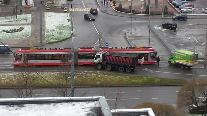 На перекрестке Шостаковича и Энгельса самосвал врезался в трамвай