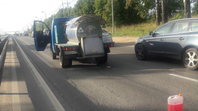 Водитель легковушки решил проучить молоковоз на Выборгском шоссе