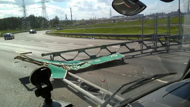 На КАД стойка с дорожными знаками из-за ветра придавила несколько автомобилей