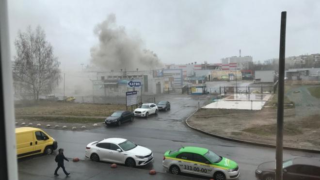 Пожарные потушили огонь в вентиляционной трубе автосервиса на Тельмана