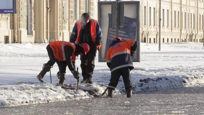 Тротуар на Адмиралтейской набережной очистили от реагентов
