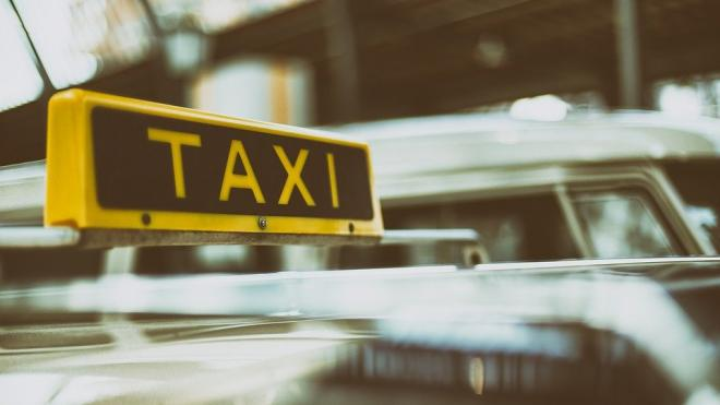 На Московском проспекте девушка выскочила из движущегося такси