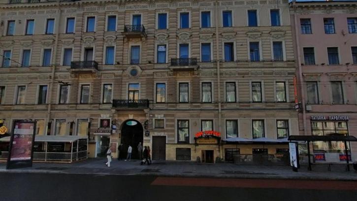 На Невском проспекте каменная глыба сорвалась на козырек ресторана