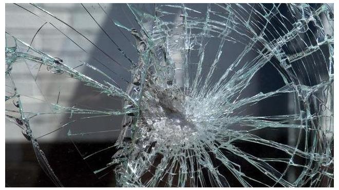 В Пушкине двое пьяных пассажиров выбили окна в маршрутке и избили водителя