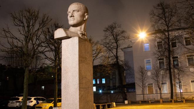 Памятники Маяковскому и Джалилю в Петербурге получили новую подсветку