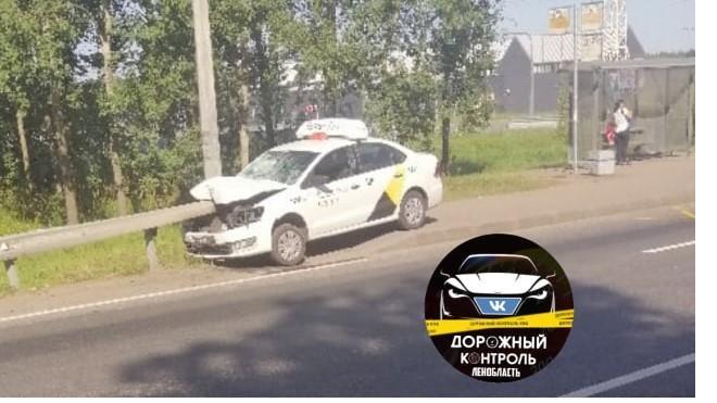 Такси влетело в дорожное ограждение на территории Новогорелово