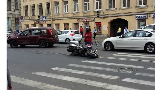 На Садовой столкнулись мотоциклистка и велосипедистка