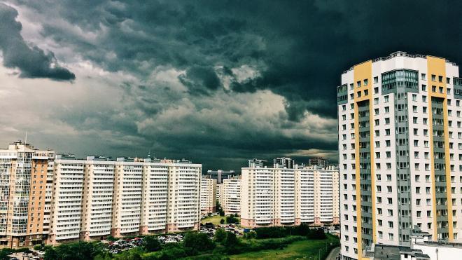 В Петербурге в ближайшие часы ожидаются ливень и гроза