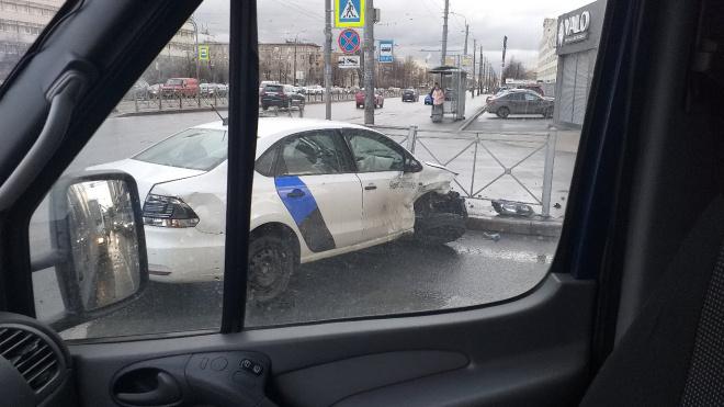 В Петербурге заметили каршеринговое авто, несмотря на запрет