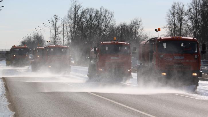 Петербург убирают от зимней грязи: на улицы вышла новая техника