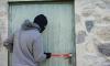 В Петербурге охранник общежития спрыгнул со второго этажа из-за угроз грабителей