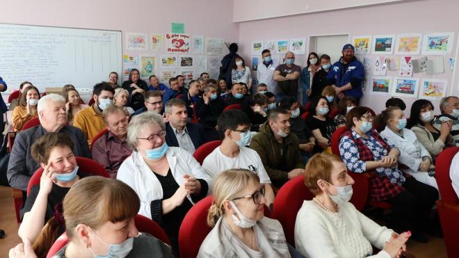 Дмитрий Никулин поздравил с праздником сотрудников скорой помощи Выборга