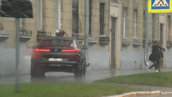 Машину главы Фрунзенского района Серова заметили на тротуаре в Петербурге. В Сети говорят о нарушении ПДД