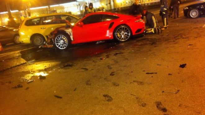 Ночью на Дворцовой Porsche протаранил три легковушки и микроавтобус