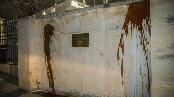 Стены посольства России в Чехии облили кетчупом