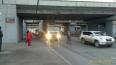 Застрявшая под мостом фура повредила троллейбусную ...
