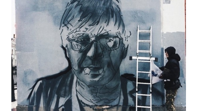 Петербуржец потребовал закрасить граффити с солистом ДДТ