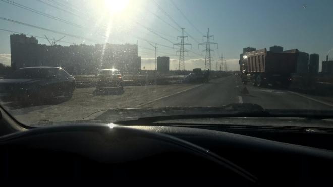 Легковушка и грузовик столкнулись на Муринской дороге