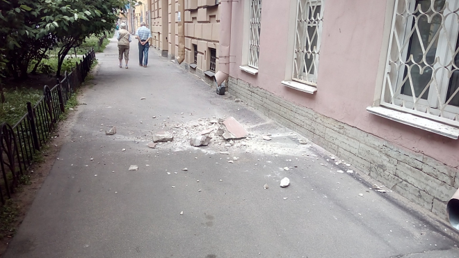 В центре Петербурга прохожую чуть не убило куском обвалившейся с дома облицовки