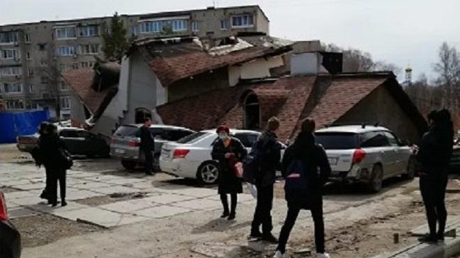 В Приморском крае рухнуло фанерное здание при входе в парк